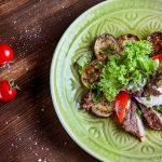 Салат с телятиной и яйцом пашот